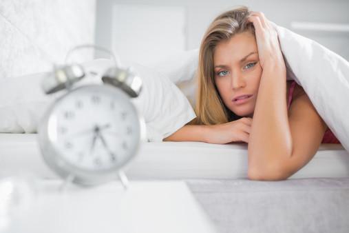 spavanje-u-krevetu-sa-budilnikom